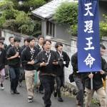 櫻井分会の会員たちは、住宅街で神名流しをした(2015年9月6日、奈良県桜井市内で)