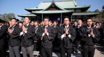 よろづよ八首を奉唱する会員たち (10月27日、本部中庭で)