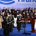 """閉会式では、各宗派の代表らと共に壇上へ。世界平和の実現を祈った(2015年9月8日、ティラナ市内で)"""""""