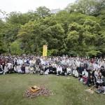 兵庫教区姫路北支部は、国宝・姫路城の周辺で実施。改修工事を終えたばかりの大天守の下で、参加者たちはひのきしんに励んだ(2015年4月29日、兵庫県姫路市の姫山公園で)