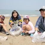 金沢市の徳光海岸では、加賀・金沢の両支部の教友らが海岸美化に汗を流した(2015年4月29日)