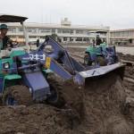 隊員らは、市立小学校などで汚泥撤去に尽力した(2015年9月16日、茨城県常総市で)