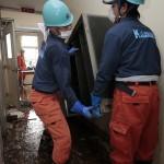 汚泥が流れ込んだ校舎の中でも復旧作業を行った(2015年9月16日、茨城県常総市で)
