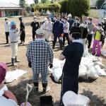 県災害ボランティアセンターから派遣されたボランティアに、作業内容を説明する災救隊員(2015年9月21日、茨城県常総市の玉幼稚園で)