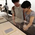 """天理大学創立90周年記念特別展「シュリーマン展」の東京での巡回展は9月19日にスタート。来場者たちは世界に一つしかない""""第一級資料""""を観覧した(2015年9月19日、東京・古代オリエント博物館で)"""""""