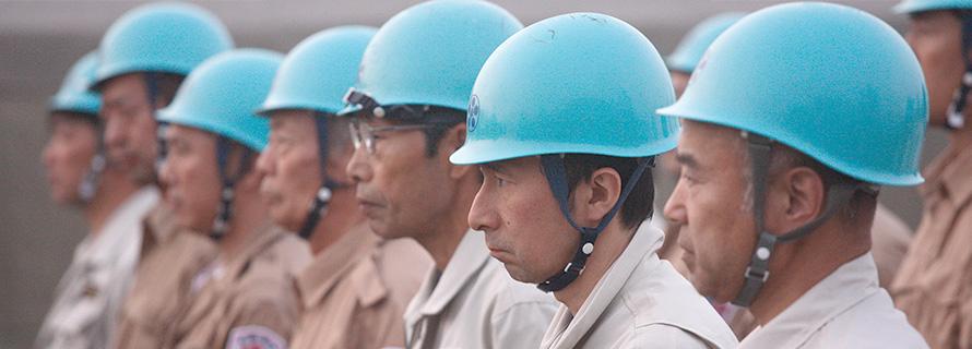 整列する災害救援ひのきしん隊員たち