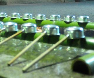 極寒、光る手水場の柄杓