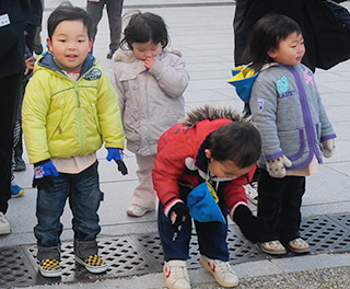 礼拝する子供たち
