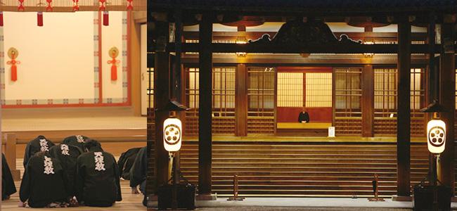 教祖殿正面とその内観