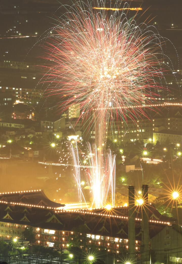 神殿南東・竹之内山から<br>夜空に咲く大輪の花火