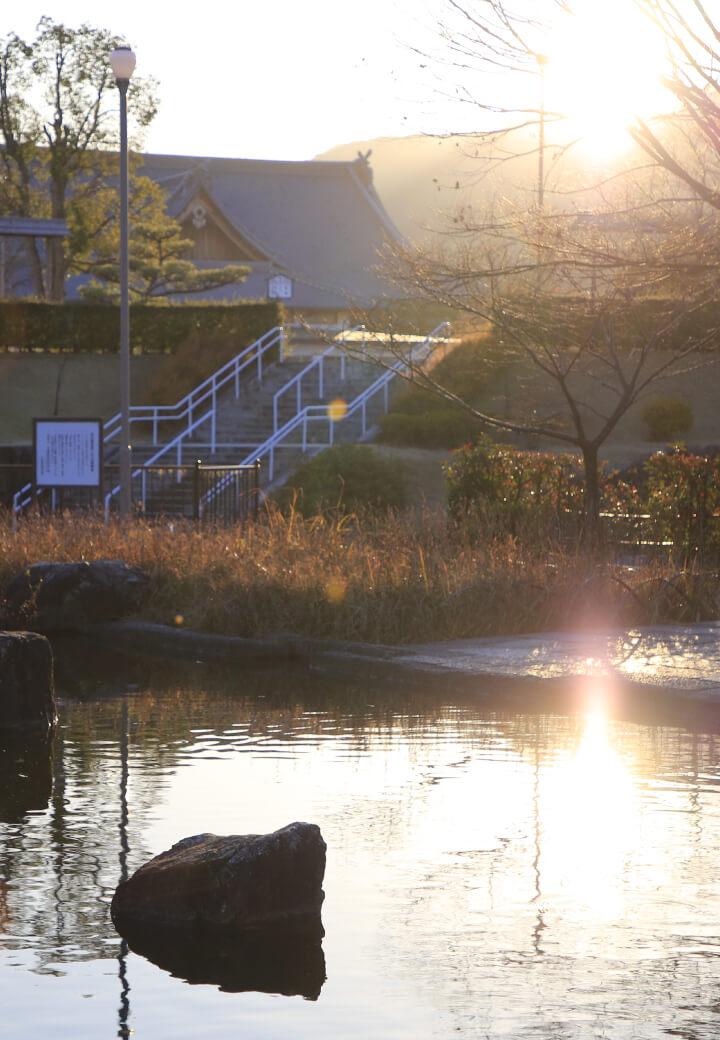 神殿西側・西第1広場<br><ruby><rb>水面</rb><rp></rp><rt>みなも</rt><rp></rp></ruby>に映える朝日