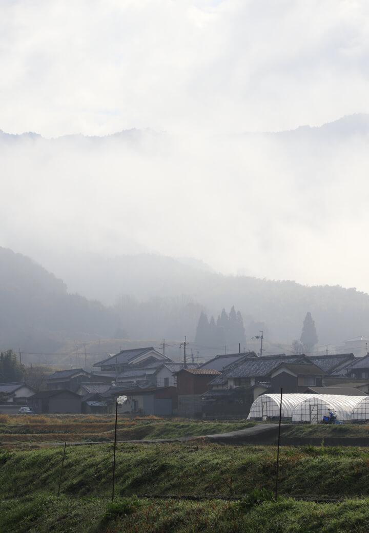 親里ホッケー場付近<br>霧にかすむ山々