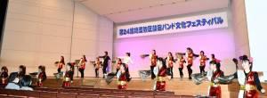 女子青年によるダンス