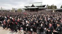 「立教182年 春の学生おぢばがえり」には、全国各地の道の高校生・大学生ら4594人が集まった(3月28日、本部神苑で)