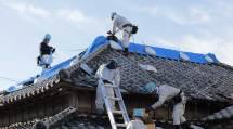 千葉・東京・埼玉の3教区隊が出動した第1次隊では、鴨川市と館山市の被災家屋でブルーシート張りなどの救援活動に従事した(5日、鴨川市で)