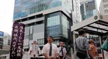 """大勢の人々が行き交う""""若者の街""""で、教会長らが信仰の喜びを伝えた(9月28日、JR渋谷駅南口で)"""