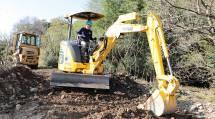 重機を用い、住宅地に流入した土砂を撤去した(8日、鹿沼市で)
