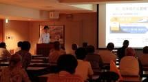 乾学芸員は、大阪市営交通の歴史について詳しく解説した(10月19日、参考館研修室で)