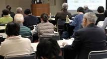 精神保健福祉士の西川氏が「『ひきこもり』『うつ』の人の暮らしを支えるには」と題して講演した(11月26日午後、道友社6階ホールで)