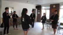 おてふりの修練に取り組むオーストラリア在住の高校生たち(1月13日、オセアニア出張所で)