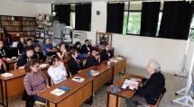 セミナーで教理勉強する参加者たち(8日、コロンビア出張所で)