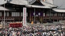 婦人会の第101回総会には、国の内外から約3万5千人の会員が参集した(19日、本部中庭で)