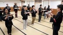 おてふりの修練に励む外国語クラスの修養科生たち(おやさとやかた東左第4棟で)