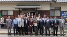 災救隊岡山教区隊は、岡山県総社市下原地区で開かれた復興イベントに招待された(7日、下原公会堂前で)