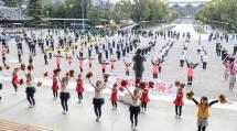 最終日の「特別企画鼓笛お供演奏」では、18団体229人の少年会員が一手一つの演奏を披露した(11月29日、本部神殿南礼拝場前で)