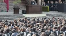 式典の席上、あいさつに立った中山婦人会長は、「女子青年活動のかどめ」の実行を求められた(11月3日、本部中庭で)
