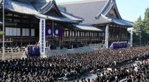 秋晴れに恵まれた第93回総会には、青年会員ら約1万1千人が参集した(10月27日、本部中庭で)