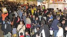 総会前日の10月26日夕づとめ後には、恒例の前夜祭が行われた(東泉水プール前広場で)