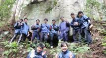 班での集合写真(巨石前)