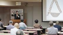 早坂学芸員は、アジア・オセアニアの貝貨や石貨について詳しく解説した(9月28日、参考館研修室で)