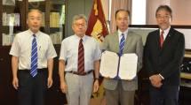 50校目となる韓国・東国大学校と学術交流協定を締結した永尾学長(右から2人目)ら(9月19日、天理大で)