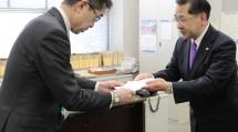 千葉県庁を訪れた仲野芳行委員長(写真右)は、岡本和貴・防災危機管理部長に義援金を手渡した(2月10日)