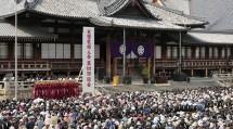 婦人会の第101回総会には、国の内外から約3万5000人の会員が参集した(4月19日、本部中庭で)