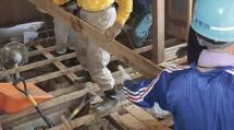 床下に流入した土砂の撤去作業に当たる隊員たち(7月15日、愛媛県大洲市で)