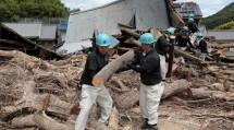 広島市南区似島の集落で、倒壊家屋の解体や流木・土砂の撤去に尽力する第1次隊の隊員たち(8月9日)