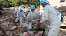 第4次隊の隊員たちは、一輪車で何度も往復し、瓦礫や土砂を運搬した(8月19日、広島市南区似島で)