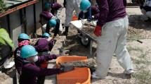 隊員たちは、土石流が押し寄せた住宅街で土砂を取り除いた(8月10日、広島県坂町で)