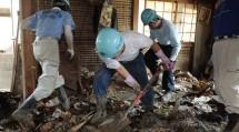住民の要望に応えて家屋内の土砂などを搬出した(7月16日、岡山県倉敷市真備町で)
