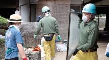 岡山教区隊の隊員たちは、浸水被害に遭った民家で家財道具の搬出などに従事した(7月11日、岡山県総社市下原地区で)