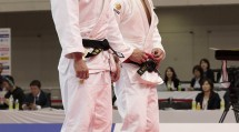 """丸山城志郎選手(左)は、世界ランク1位の阿部一二三選手(右)との""""大一番""""を制して連覇を果たした(4月7日、福岡国際センターで)"""