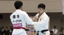 男子73キロ級決勝。大野将平選手(右)は、世界選手権覇者の橋本壮市選手と激しい組み手争いを繰り広げた(4月7日、福岡国際センターで)