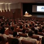 """奈良県宗教者フォーラムでは、一般参加者を含む403人が研究者や宗教者の講演に耳を傾けた(2015年9月11日、陽気ホールで)"""""""