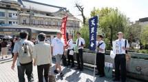 京都教区東山支部の教友たちは、観光客が行き交う四条大橋で信仰の喜びを語りかけた(9月28日、京都市で)