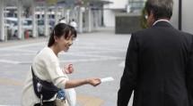 静岡教区中駿東支部の教友たちは、リーフレット入りのポケットティッシュを道行く人に手渡した(9月29日、静岡市内で)