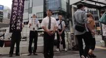 """大勢の人々が行き交う""""若者の街""""で、東京教区渋谷支部の教会長らが信仰の喜びを伝えた(9月28日、JR渋谷駅南口で)"""