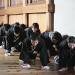 立教178年学修大学の部:回廊拭きひのきしん(3月6日)